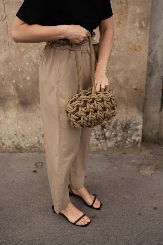 sapatos, sandália de bico quadrado e calça de alfaiataria