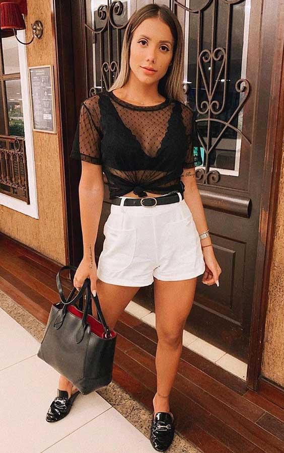 looks descomplicados com blusa preta transparente e short branco