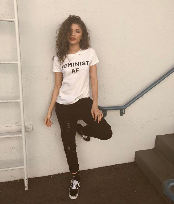 Zendaya com t-shirt branca e calça skinny preta