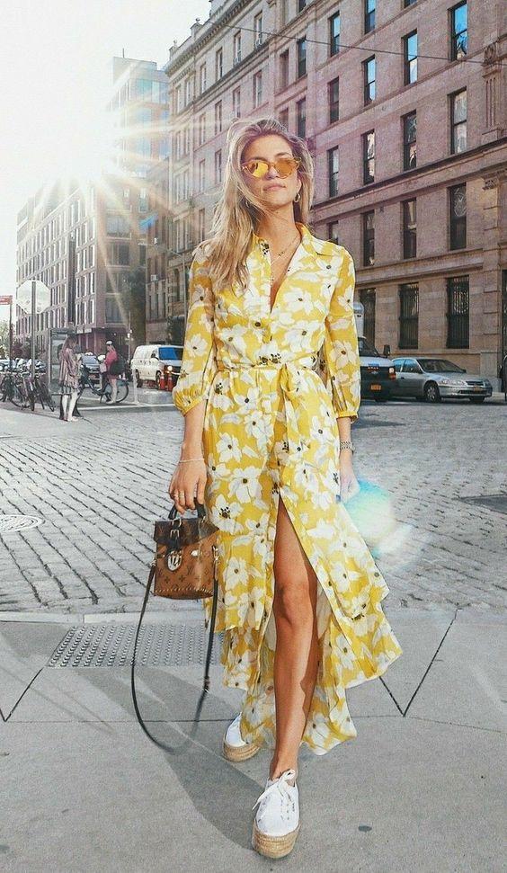 Vestido longo amarelo com estampa floral, tênis plataforma