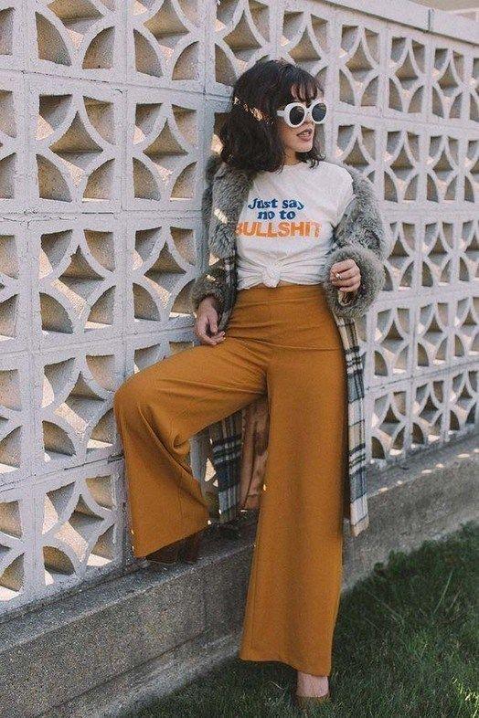 calça amarela e t-shirt com nozinho
