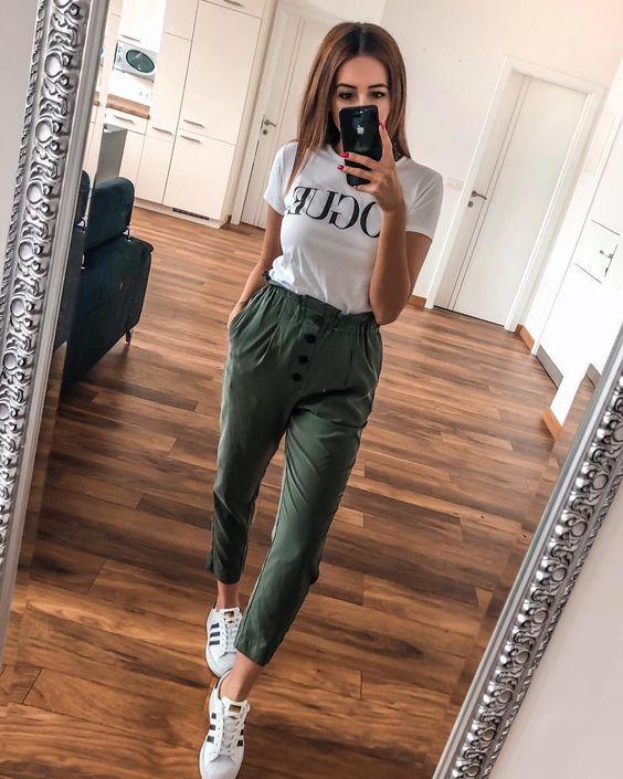 blusa branca e calça jogger verde