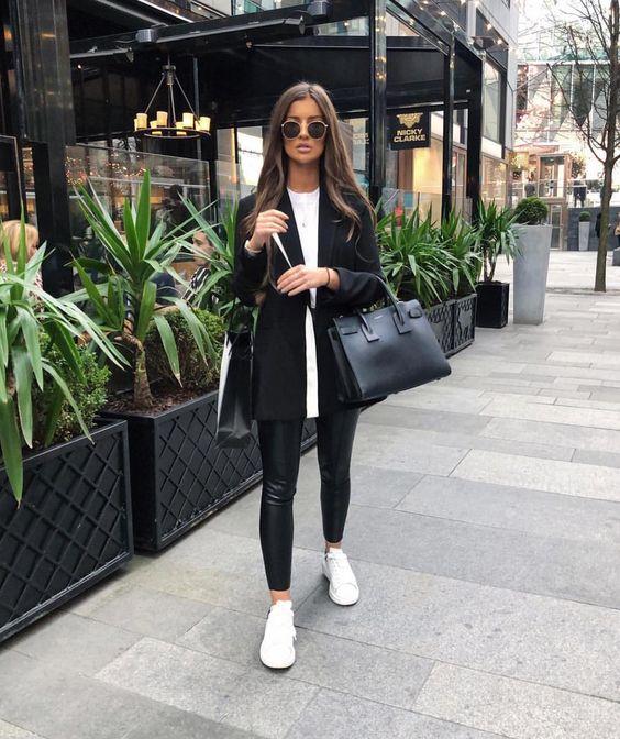 tênis branco e blazer