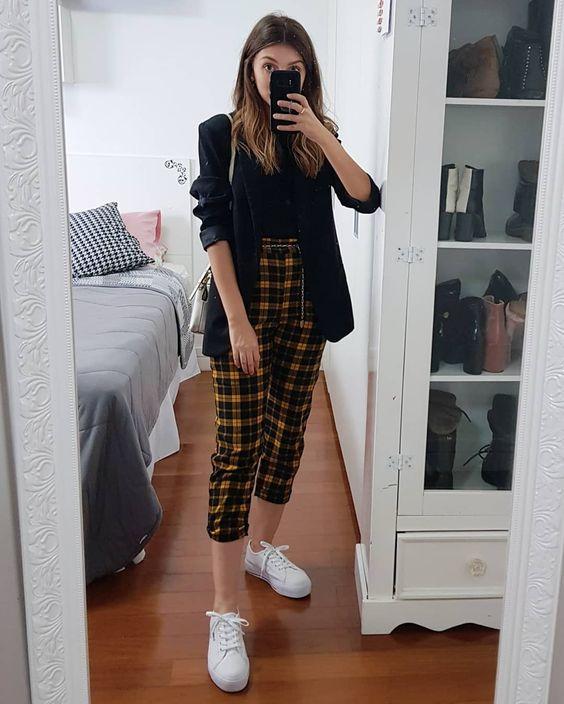 sapatos, tênis branco e calça de alfaiataria xadrez