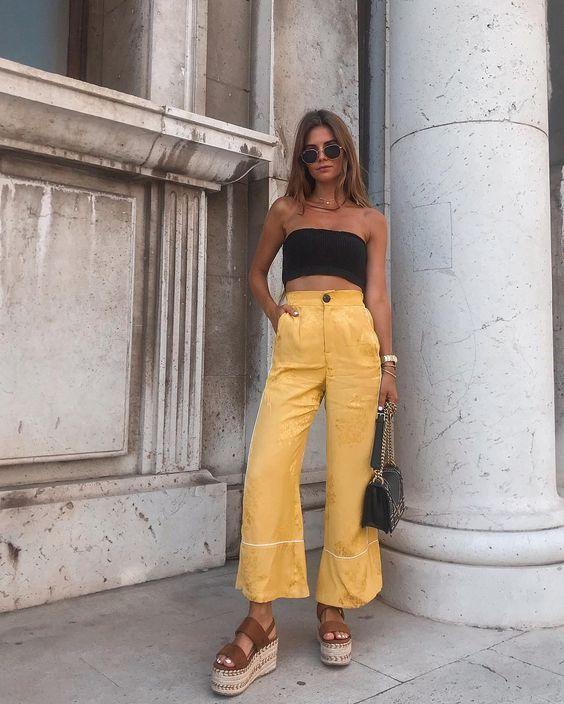 calça amarela e top faixa