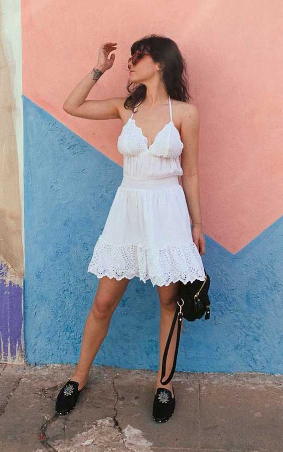 look preto e branco com vestido curto e loafer