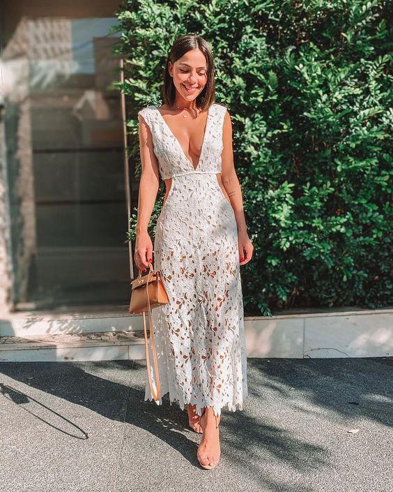 Vestido longo de renda branco, sandália com tiras de plástico