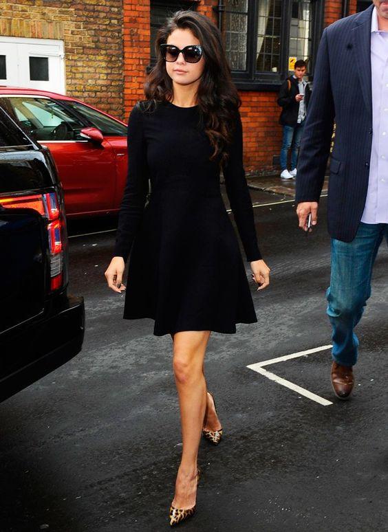 vestido preto rodado com scarpin de oncinha
