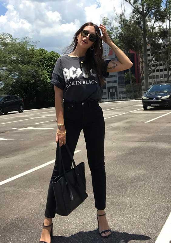 básica com t-shirt de banda e calça preta