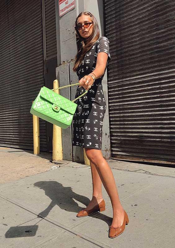 Look com cores bolsa verde limão e vestido tubinho