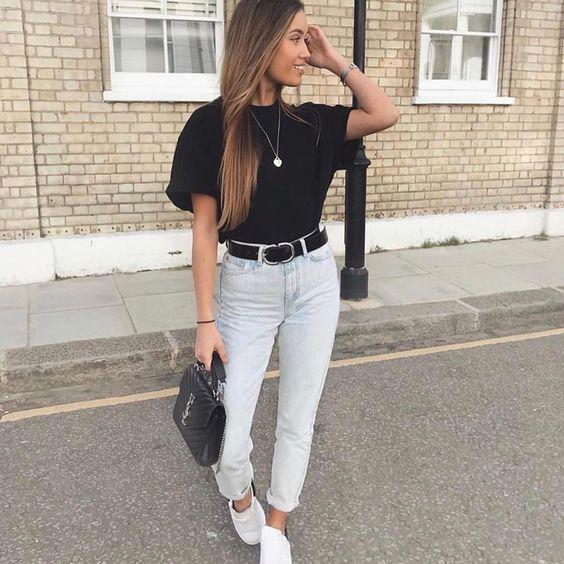 looks tublr com tênis, t-shirt preta, cinto preto e mom jeans