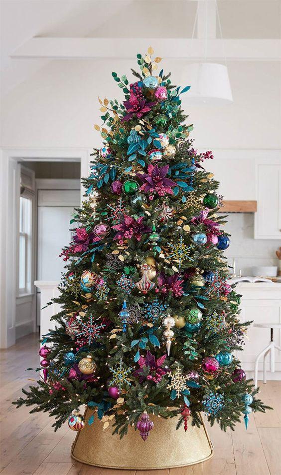 árvore com enfeites coloridos