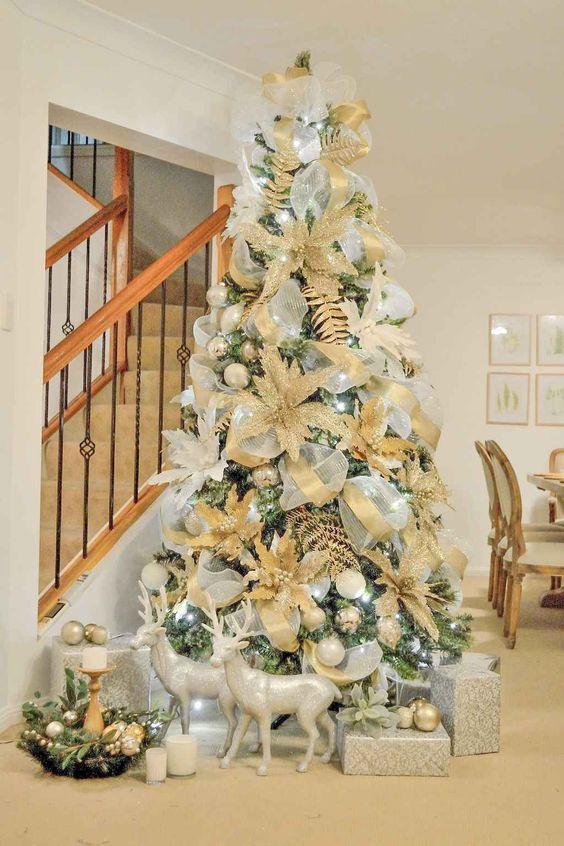 árvore com enfeites dourados