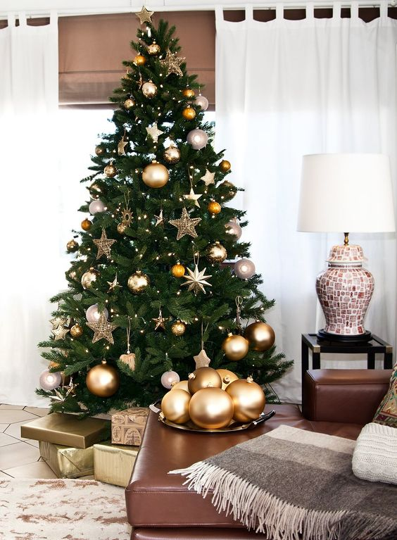 decoração de natal com árvore dourada
