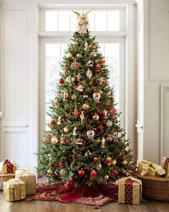 decoração de natal com arvore dourada e vermelha
