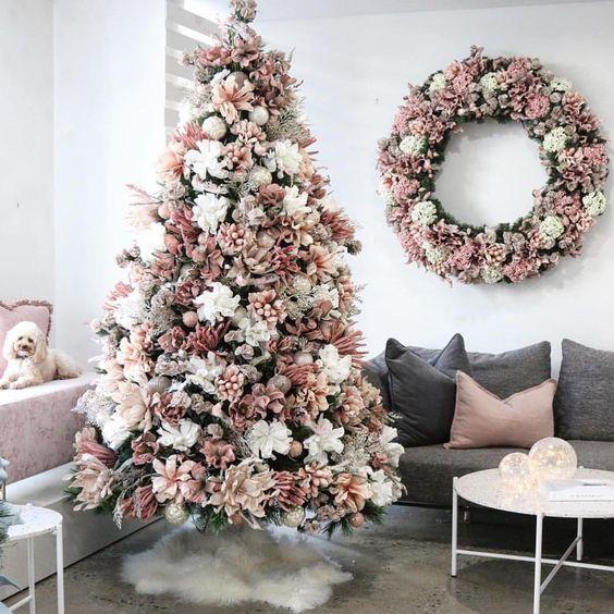 decoração de natal com árvore rosa
