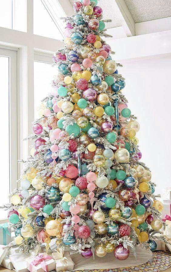 decoração de natal com árvore colorida em tons pastel