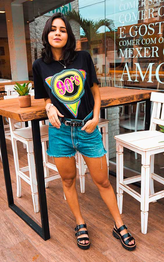 looks de churrasco com T-shirt estampada, short jeans e birken