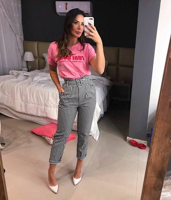 Blusa rosa, calça xadrez e scarpin branco