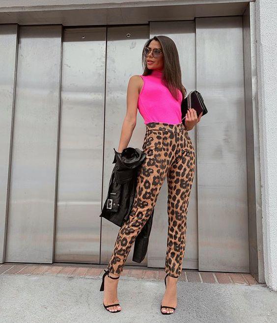 calça de oncinha  com blusa rosa