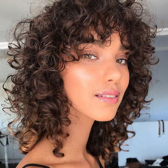 cabelo desfiado cacheado médio