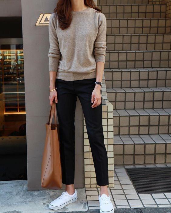 Suéter bege, calça de alfaiataria e tênis branco