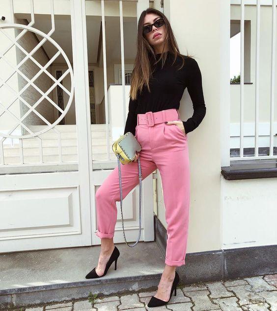 blusa preta de manga e calça de alfaiataria rosa