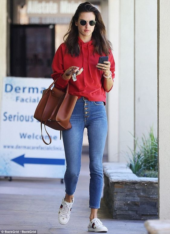 Alessandra Ambrosio com moletom e calça jeans