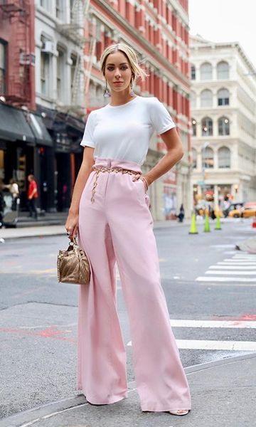 blusa branca e calça wide leg rosa