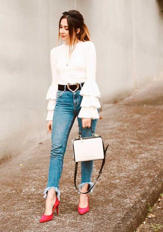 blusa branca com babados das mangas e calça jeans, na primavera