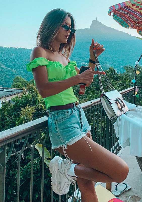 blusa verde neon, short jeans desfiado, na primavera