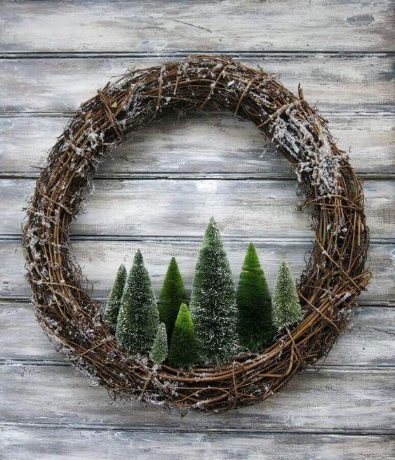 decoração de natal com galhos e pinhieiros