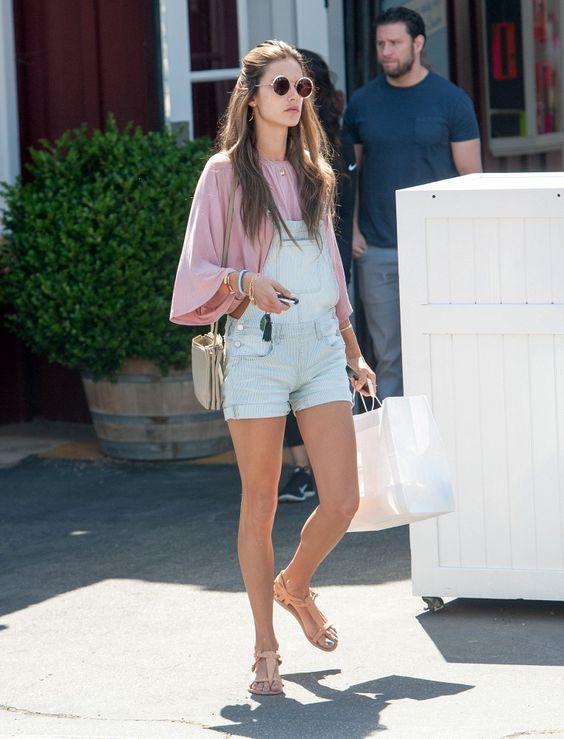 Alessandra Ambrosio com batinha rosa e jardineira jeans