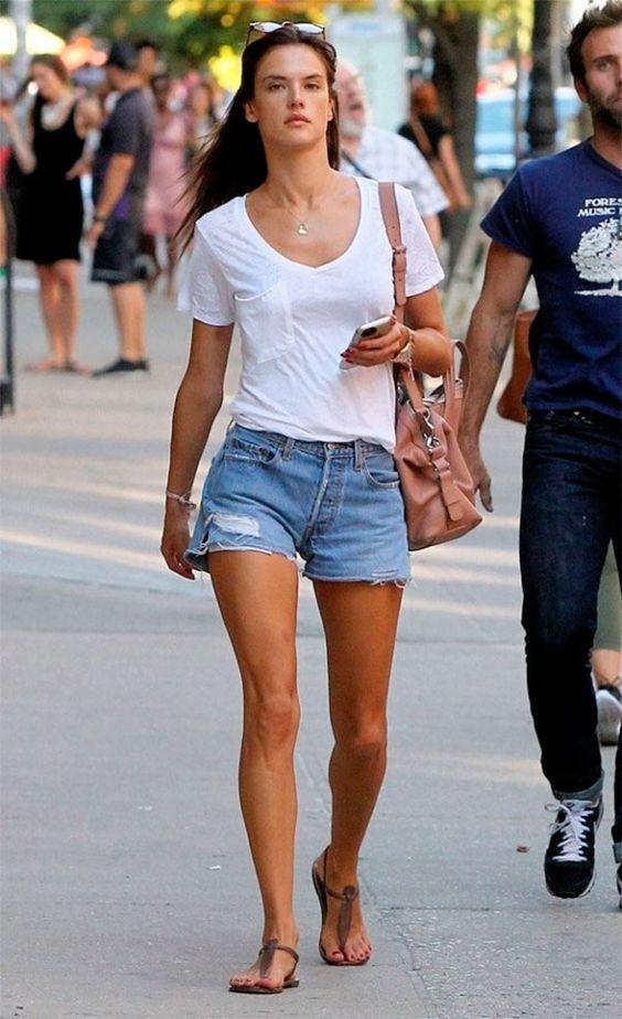Alessandra Ambrosio com t-shirt branca e short jeans