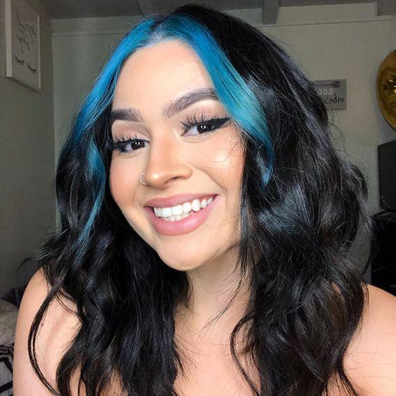 cabelo ondulado com mecha frontal azul