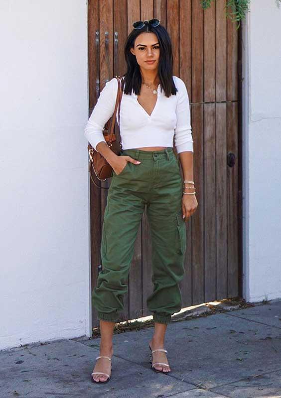com blusa de manca branca e e calça cargo verde militar