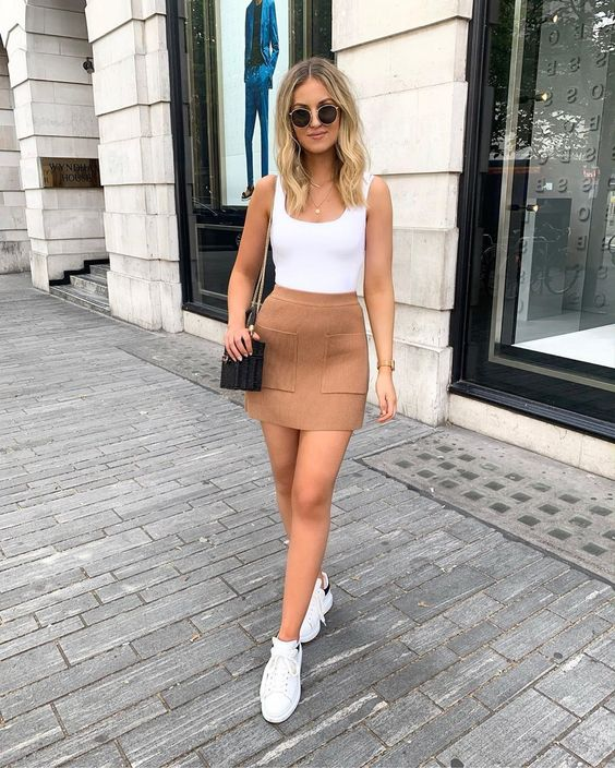 body branco, minissaia de camurça e tênis branco