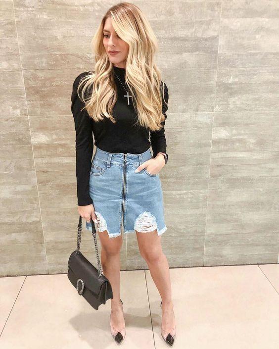 blusa preta com mangas bufantes e minissaia jeans