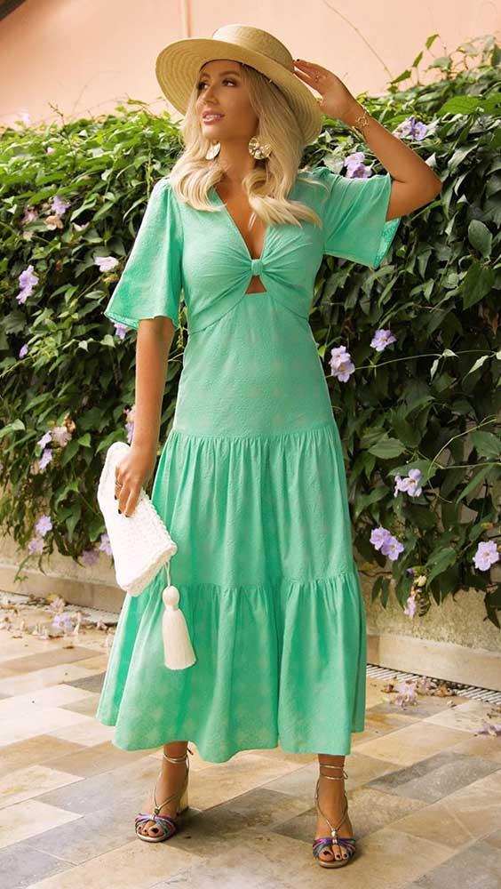 vestido verde menta e chapéu de palha, na primavera
