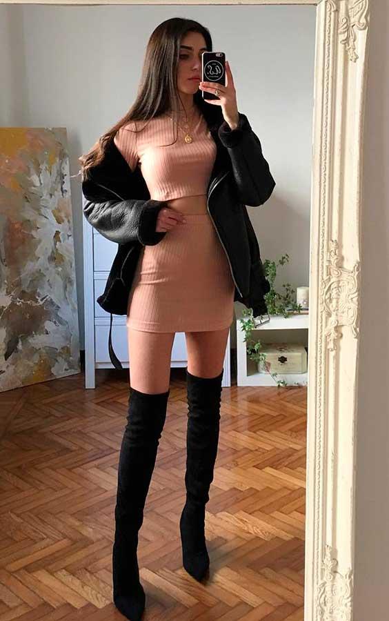 Mari Malibu com conjuntinho rosa