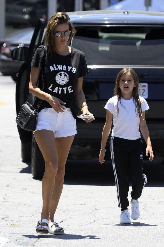t-shirt preta e short branco e rasteirinha birken