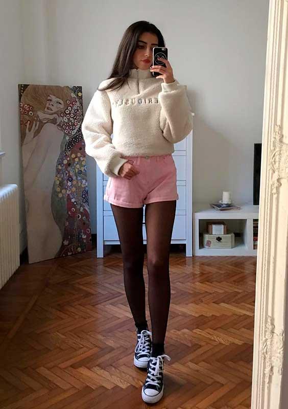 Mari Malibu com jaqueta e short rosa
