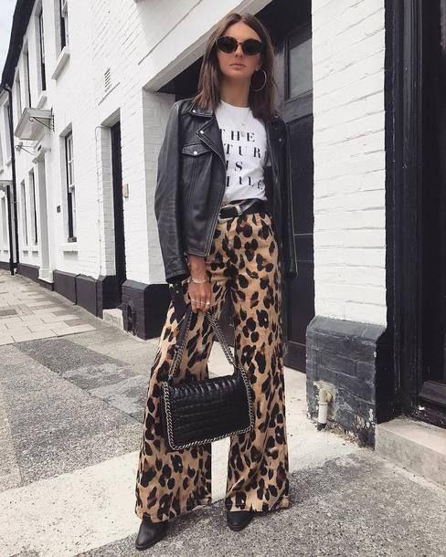 Jaqueta de couro, slogan t-shirt e bota de bico fino