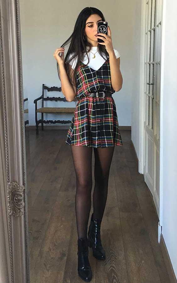 Mari Malibu com sobreposição de vestido t-shirt e meia calça