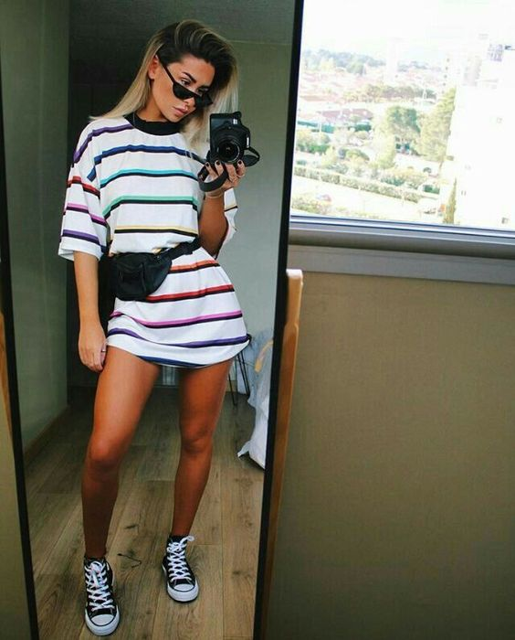 looks tublr com tênis e t-shirt dress listrada
