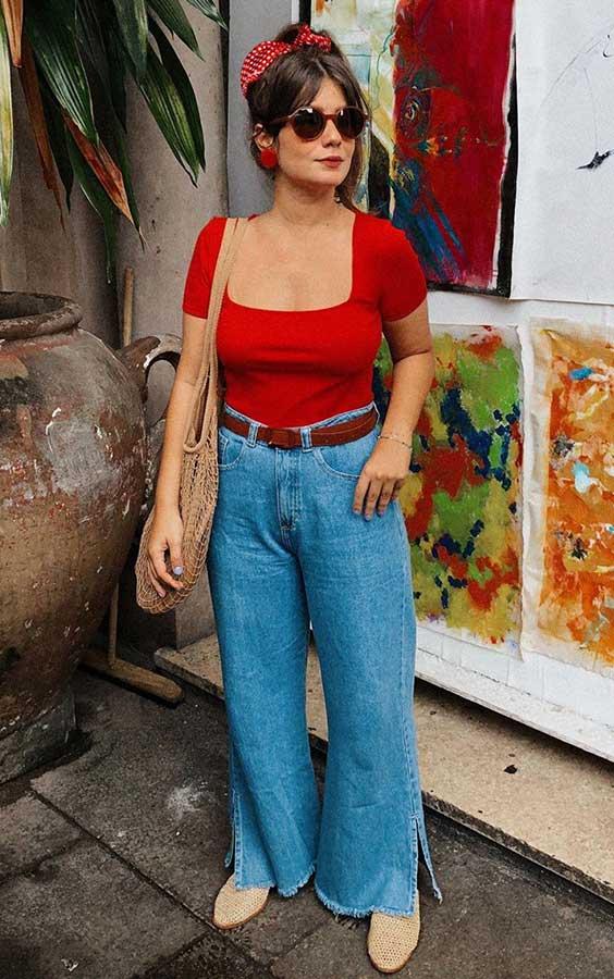 blusa vermelha e calça jeans, na primavera