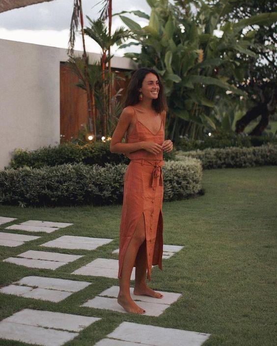 vestido terracota midi com fenda nas laterais