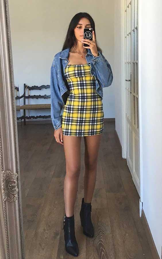 Mari Malibu com vestido xadrez amarelo e jaquet jeans