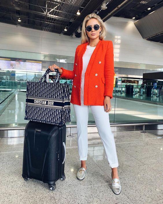 Look para viajar, blazer laranja, blusa branca, calça branca e flat mule prateado
