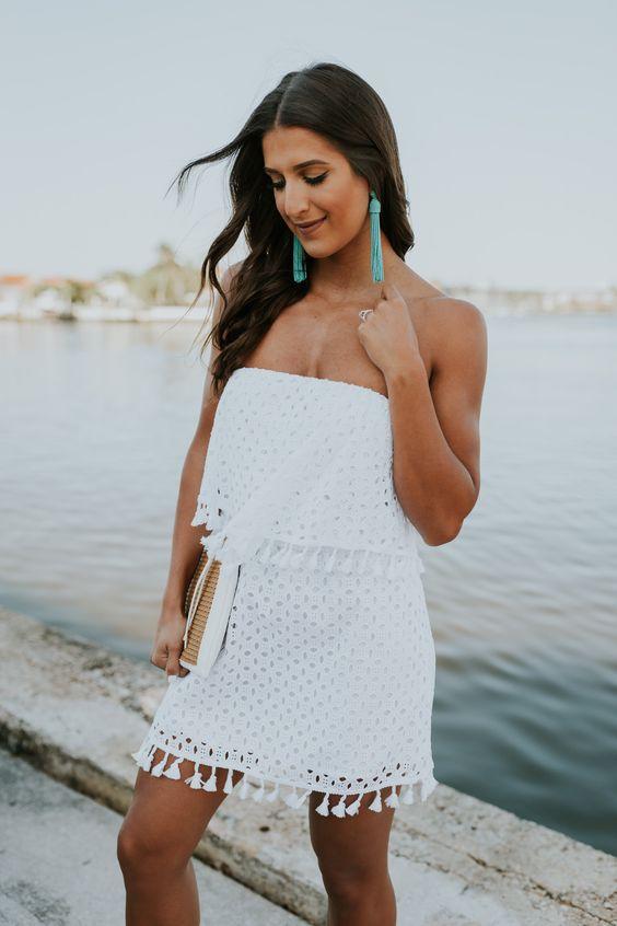 brinco colorido com vestido branco